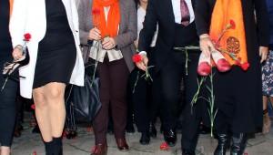 İKKB, kadına şiddete dikkat çekmek için ayakkabı bıraktı Kadına şiddette İzmirliler tek yürek