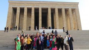 İzmir Bademler ve Naldöken'den Ankara'ya gelen 40 kişilik kadın grubu, Anıtkabir ve Meclis'i ziyaret etti.