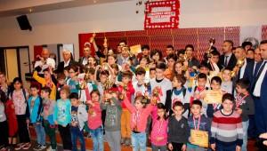 Ödemiş Belediyesi'nin Atatürk'ü Anma etkinlikleri çerçevesinde düzenlenen Ata'ya Saygı Satranç Turnuvası ile iki gün boyunca satrancın kalbi Ödemiş'te attı.