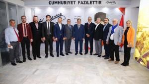 Tarihi Kemeraltı Esnaf Derneği'nin yeni seçilen Başkanı Semih Girgin ve yönetim kurulu üyeleri, Konak Belediye Başkanı Abdül Batur'u ziyaret etti.