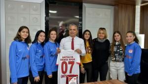 Kadın futbolculardan Başkan Uysal'a ziyaret