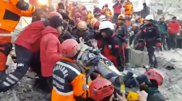 Enkaz altından 9 kişi sağ çıkarıldı