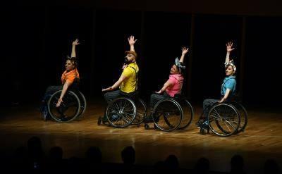 Tekerlekli sandalyededans büyüledi