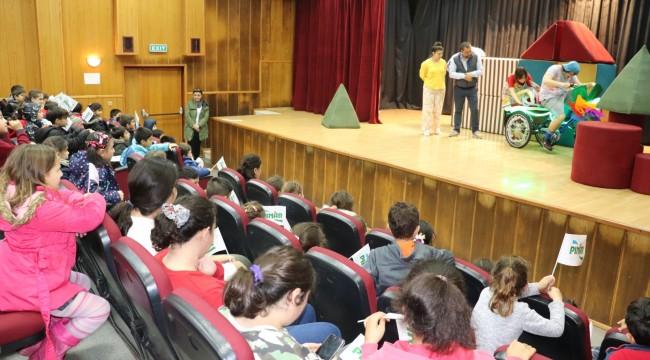 Karaburunlu çocuklara tiyatro keyfi