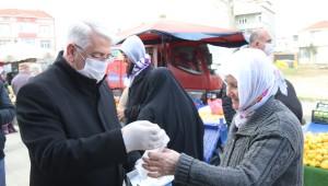 Başkan Yüksel Pazarda Dezenfektan, Maske ve Eldiven Dağıttı