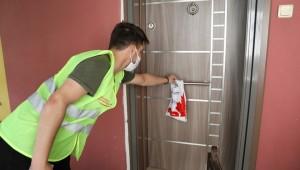 İzmit Belediyesi kapı kapı dolaşıyor, maskeleri evlere götürüyor