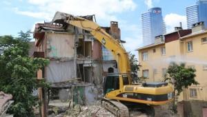 Kartal'da Metruk Binaya Geçit Yok