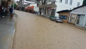 Sağanak sonrası oluşan sel Rize-Erzurum yolunu ulaşıma kapattı