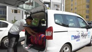 İzmir'in Aliağa ilçesinde Aliağa Belediyesi, ihtiyaç sahibi öğrencilere kırtasiye yardımı gerçekleştiriyor.