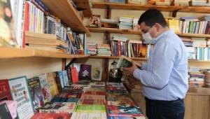 Tütüncü'den Cemil Meriç Kitaplığı'na kitap bağışı