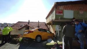 Sarıyer'de taksi eve girdi