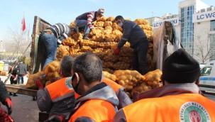 Etimesgut Belediyesi ihtiyaç sahibi ailelere soğan ve patates dağıttı