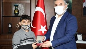 Belediye Başkanı Demirbaş, salgın döneminde öğrendiği Kur'an'ı hatmeden öğrenciyi ödüllendirdi