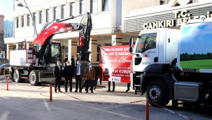 Çevre ve Şehircilik Bakanlığı Çankırı Belediyesi'ne İki İş Makinesi Hibe Etti