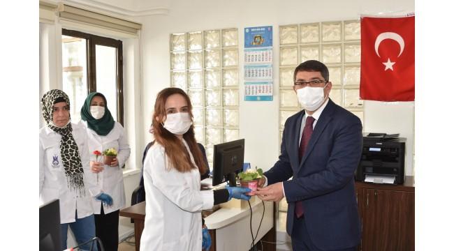 Şehzadeler'in kadınlarına 8 Mart çiçekleri Başkan Çelik'ten