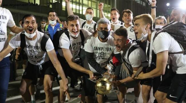 Süper Lig'e yükselen Altay'a İzmir'de coşkulu karşılama